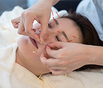 特徴4.痛みを最小限に抑えた日本伝統鍼灸と翡翠テクニック